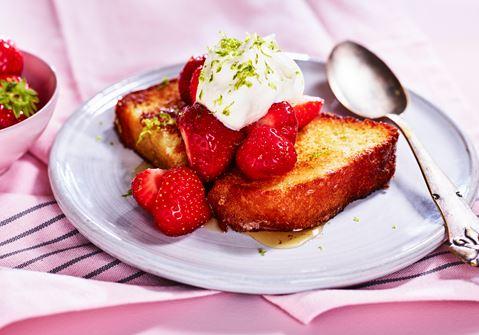 Rostad sockerkaka med honungsyoghurt och jordgubbar