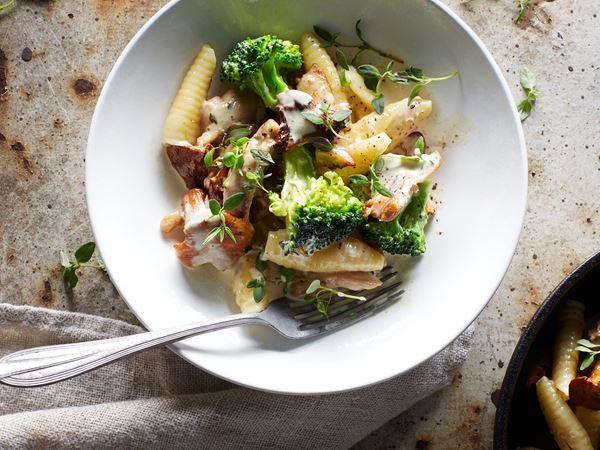 Krämig pasta med kyckling, svamp och broccoli