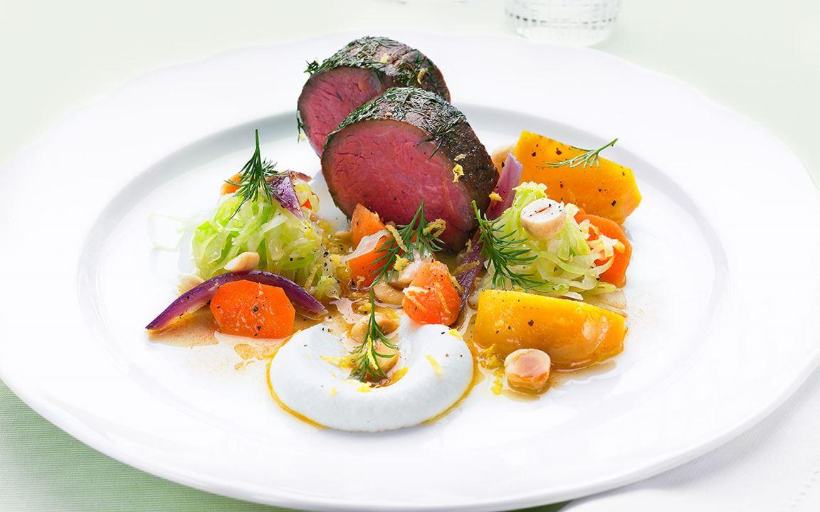 Dillstekt oxfilé med grönsaker i brynt hasselnötssmör