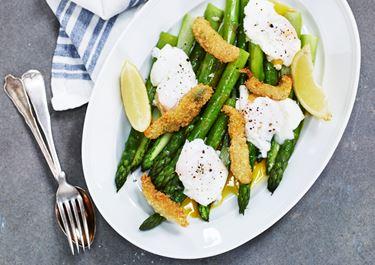 Friterad ansjovis med sparris och pocherat ägg