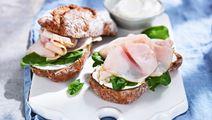 Valnötssmörgås med kalkon och honungssenap