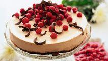 Mjölkchokladtårta med varma hallon