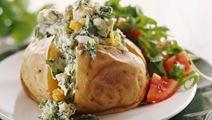 Bakad potatis med ägg och spenat