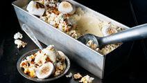 Glass med popcorn och grillade marshmallows
