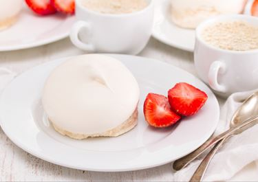 Meringue With Strawberry and Vanilla