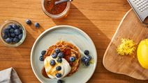 Fluffy oat pancakes with Skyr Creamy and blueberries