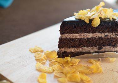 Luxurious Snickers Cake