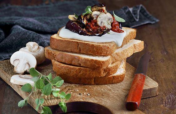 الخبز المحمص مع جبنة الكريم والباذنجان المشوي في صلصة الطماطم والفطر، مع الأوريغانو
