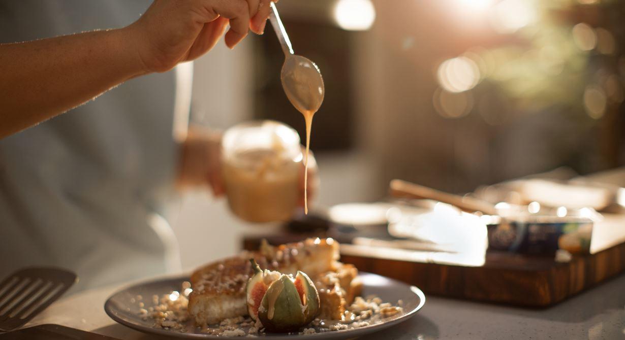 التوست الفرنسي بالجبن الكريمي والحلاوة مع الطحينة والتين