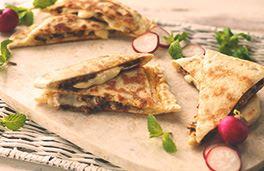 الخبز المسطح مع الموزاريلا واللحم المتبل.