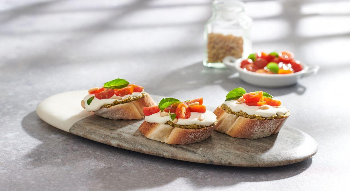 الخبز الأوروبي مع البيستو، جبنة الكريم، الطماطم والفول السوداني
