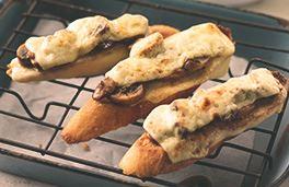 الخبز المحمص مع جبنة جودا والفطر وخل البلسمي
