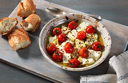 جبنة فيتا المشوية مع الطماطم والأوريجانو