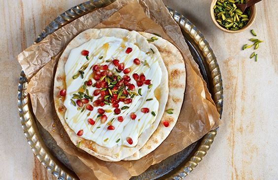 الخبز العربي بالجبنة، العسل، الرمان والفستق