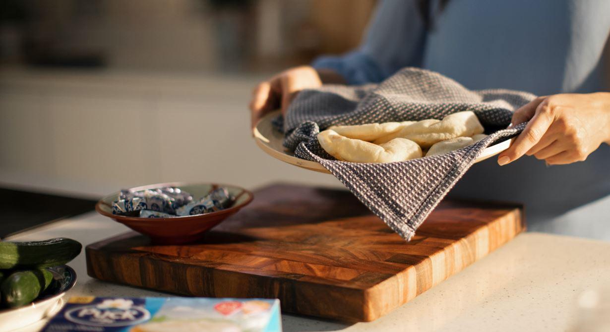 خبز البيتا مع مربعات الجبن، الحمص، التوابل، والفواكه الطازجة