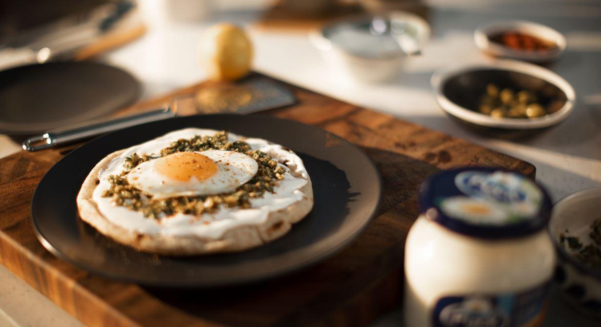 خبز البيتا مع البيض المقلي والجبن القابل للدهن ومعجون الزيتون الأخضر