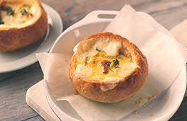 جبنة هافارتي مع البيض المطبوخ في طبق من الخبز