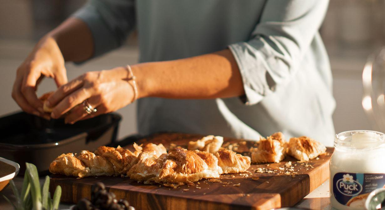 كرواسون بودنج الخبز مع الجبن القابل للدهن، زيت الزيتون وبذور الحبة السوداء