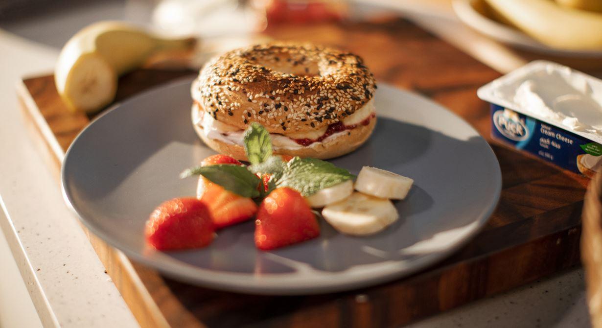 خبز البيغل بالجبن الكريمي مع مربى الفراولة وبذور الشيا