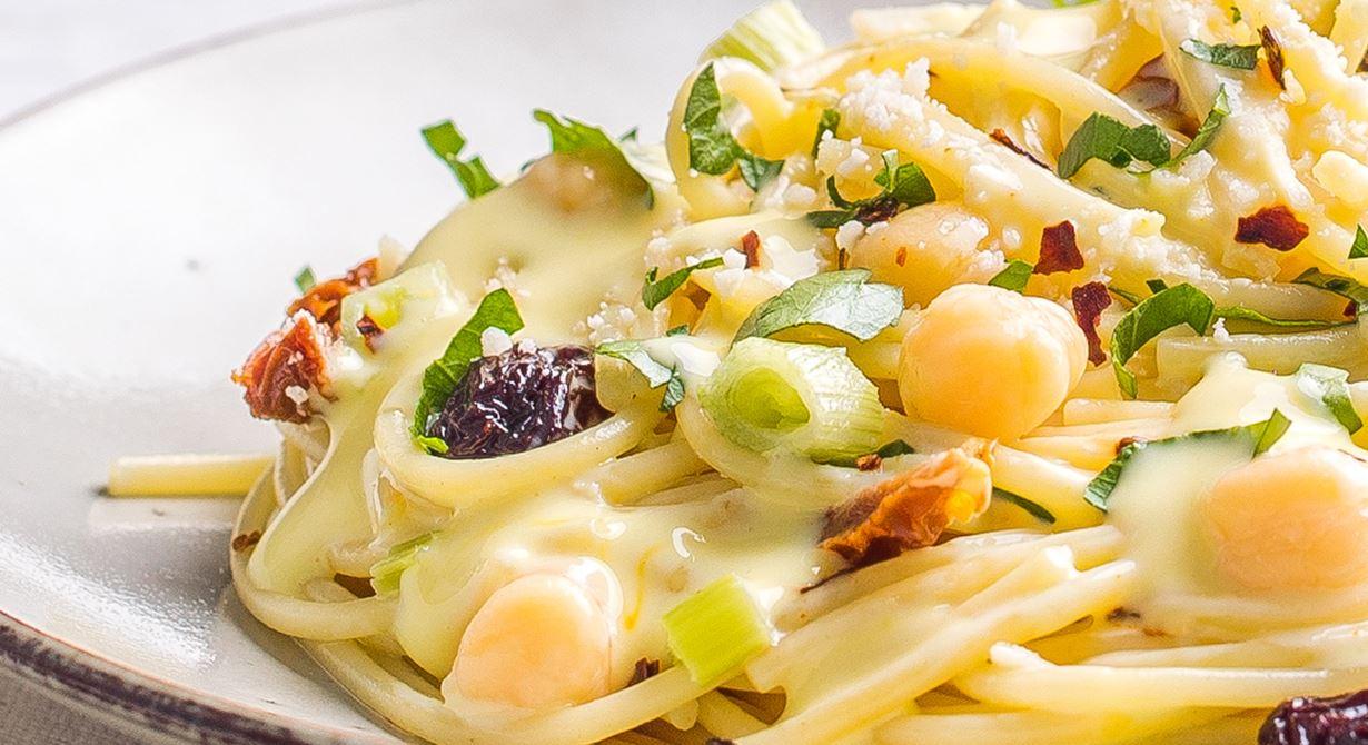 Spaghetti with Chickpeas and Saffron cream Sauce