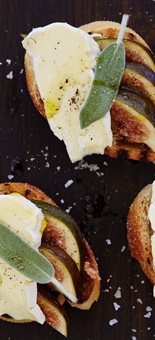 Bruschetta with figs, sage and Double Crème White