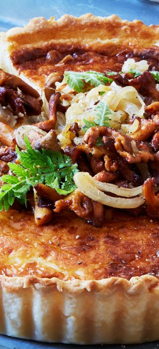 Tart with onions and chanterelles