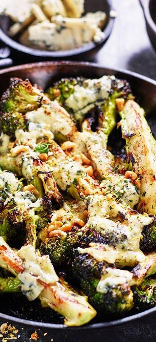 Brocoli grillé au fromage bleu et aux noisettes grillées