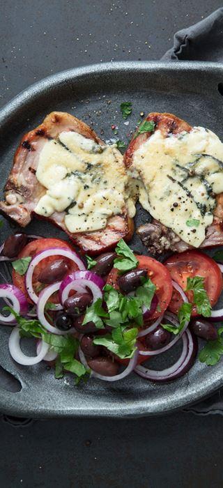 Côtelettes de porc estivales grillées avec fromage bleu