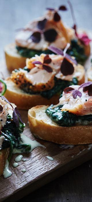 Crostini aux épinards dans une sauce blanche et au saumon fumé à chaud