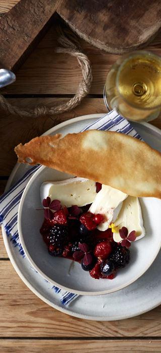 Fromage Crémeux Brie Castello avec compote d'automne de petits fruits crus et tuiles croustillantes