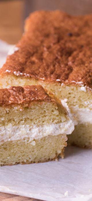 Gâteau à la noix de coco et fromage à la crème décoré aux ananas