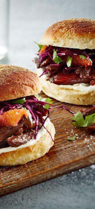 Hamburger de canard avec salade de chou rouge et vinaigrette au fromage bleu