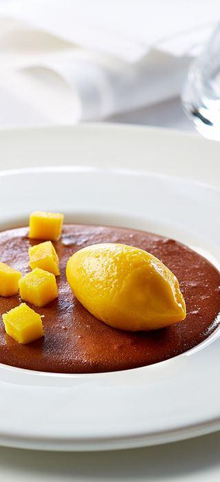 Mousse au chocolat avec mangues et fromage bleu