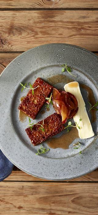 Pain doré au fromage Crémeux Brie et à la compote de pommes