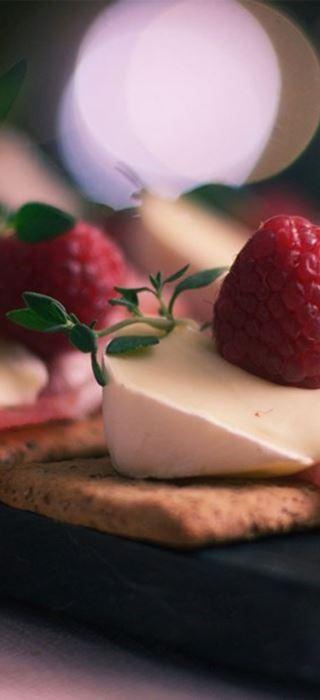 Prosiciutto Et Framboises Avec Double Crème Blanc