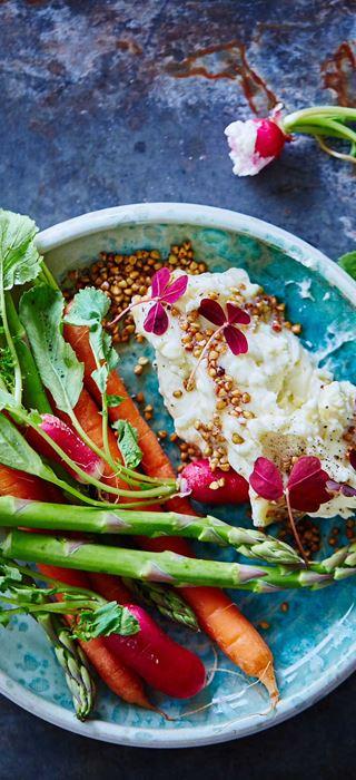 Aufgeschlagener  Extra cremiger White mit geröstetem Buchweizen und Gemüse