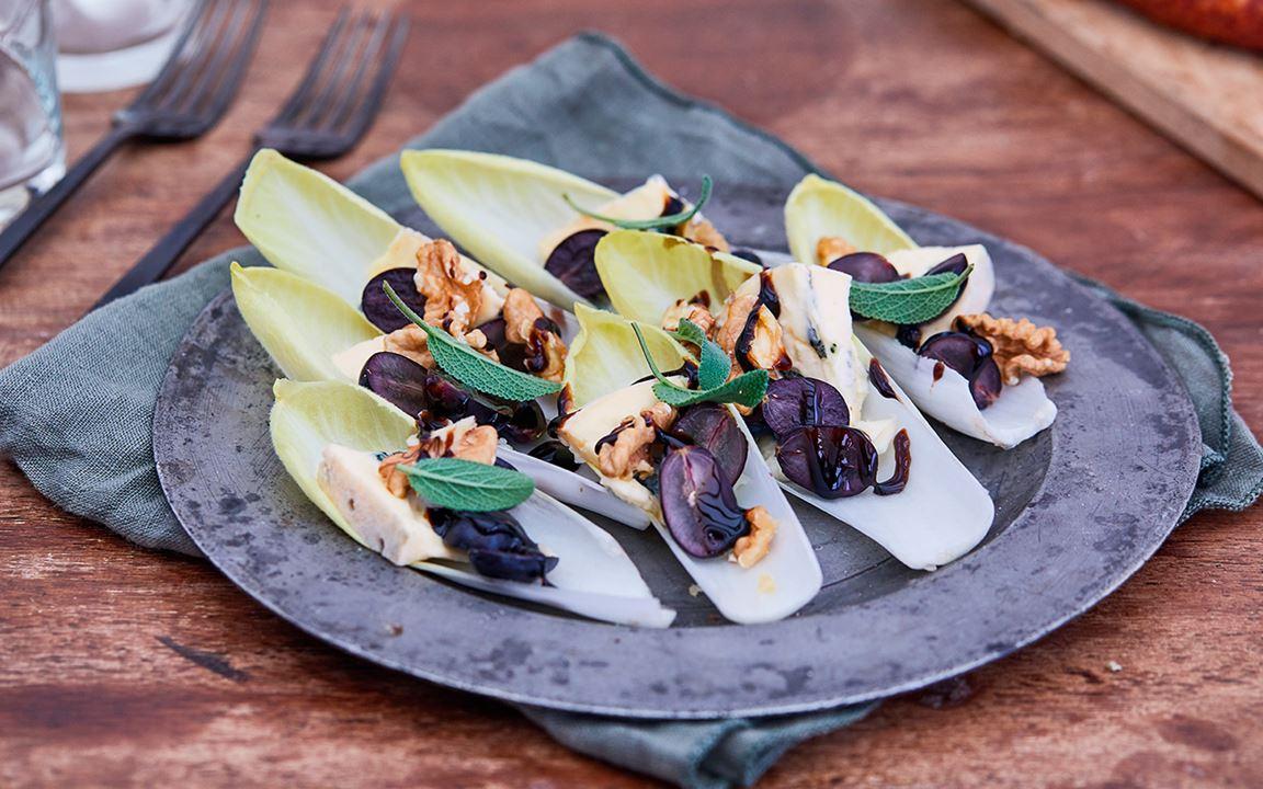 Belgischer Endiviensalat mit Blauschimmelkäse, Trauben und Salbei