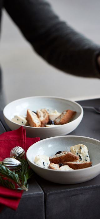 Blauschimmelkäse mit Cantuccini und Amarenakirschen