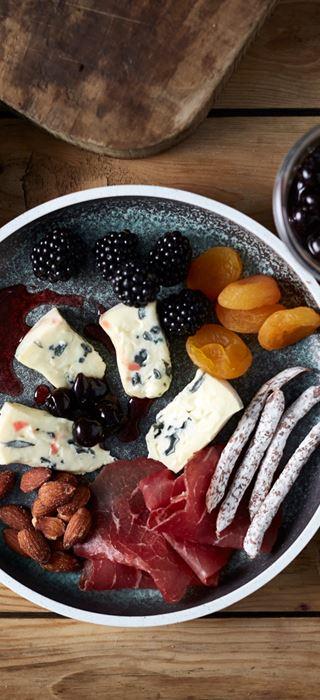 Blue mit Nüssen, Bresaola, Würstchen, Obst und Beeren
