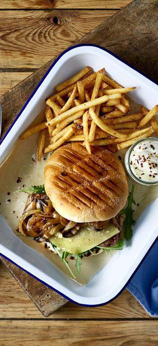 Cheddar-Steakburger mit karamellisierten Zwiebeln und Portobello-Pilzen