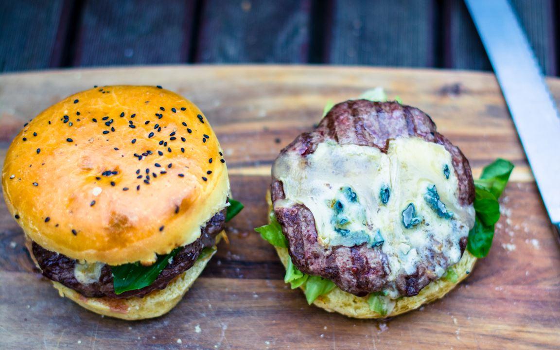 Cheeseburger mit Blauschimmelkäse, Chorizo und Gewürzgurken