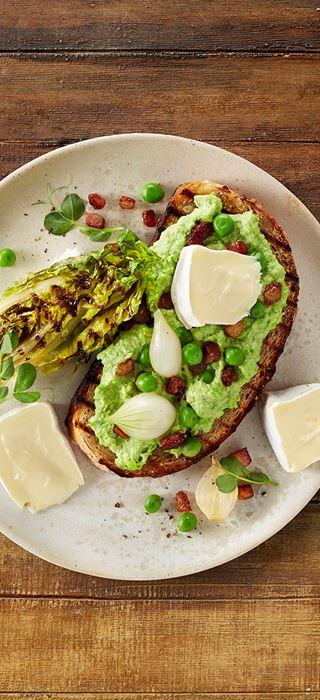 Extra cremiger White mit gegrilltem Salat, Erbsenpüree, Speck und Zwiebeln