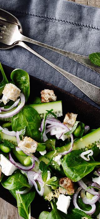 Frischer Spinatsalat mit Minze und Feta