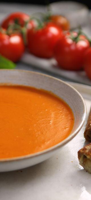 Gegrillte Käseröllchen mit selbst gemachter Tomatensuppe