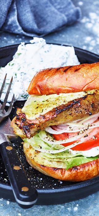 Gegrilltes Filetsteak mit Tsatsiki und weißen Zwiebeln