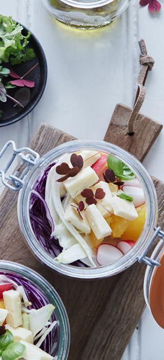 Gemischter Salat mit Cheddar für unterwegs