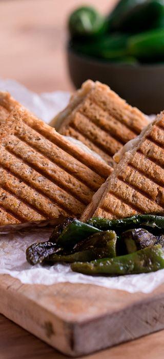 Geröstetes Serrano-Schinken-Sandwich mit gereiftem Havarti und Padrón-Paprika