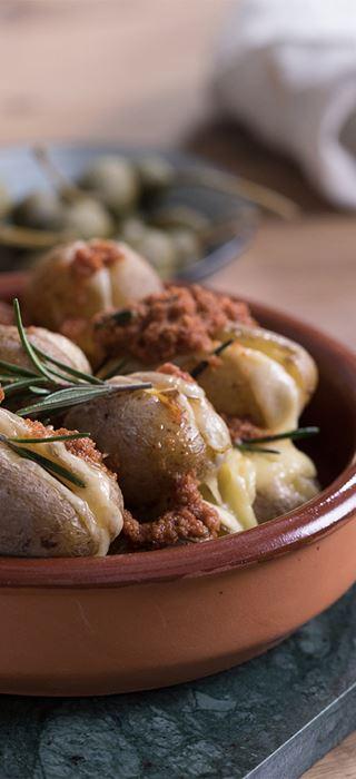 Hasselback-Kartoffeln mit gereiftem Cheddar und Salsa
