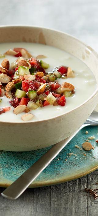 Joghurt mit Holunderblüten-Chia-Samen, Erdbeeren & Gurke