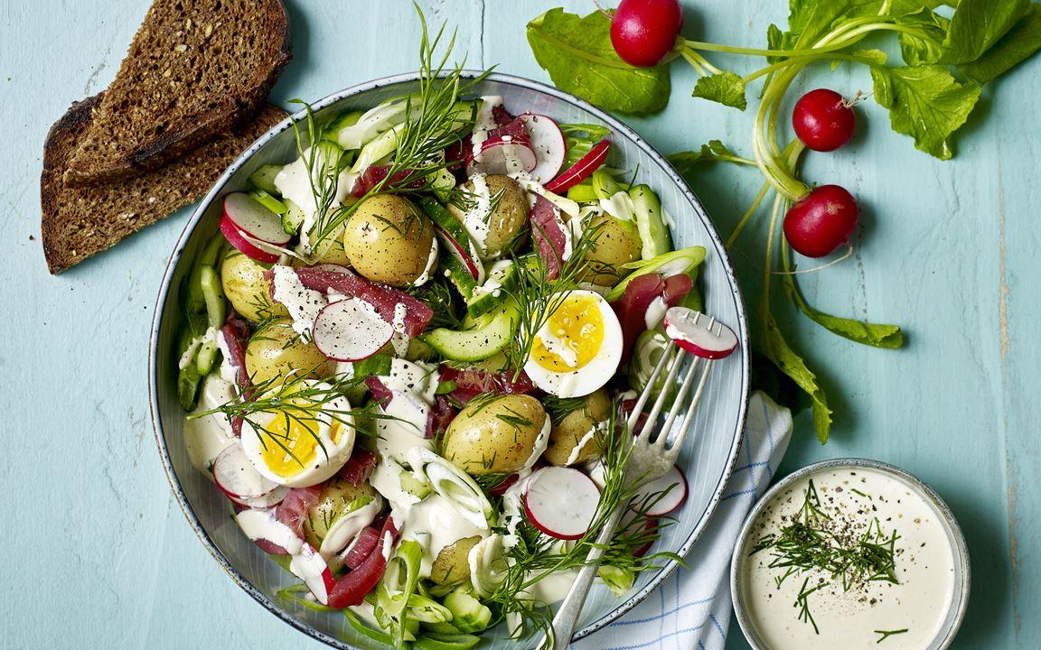 Kartoffelsalat mit Dill und weichgekochten Eiern